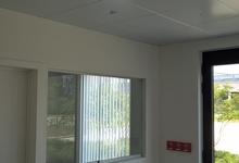 Warmtepomp lucht/lucht ingebouwd in metalen systeemplafond. Onthaal van een kantoorgebouw. Foto Rudy