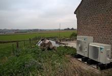 Buitentoestellen van 2 warmtepompen lucht/lucht in particuliere woning. Foto Rudy.