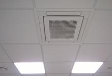 Daikin 4-weg cassette en ventilatieventielen, ingebouwd in systeemplafond. Verwarmen, koelen en ventileren van een kleedruimte. Foto Rudy.