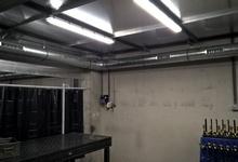 Installatie voor het afzuigen van lasdampen aan een werktafel. Rudy.