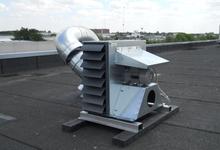 Extractieventilator, aangesloten op een industriële dampkap in de voedingsindustrie. Bruyland Technics.