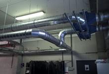 Extractieventilatoren voor het afzuigen van dampen aan werktafels in een lasafdeling. Bruyland Technics.