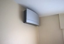 Aircotoestel in een woonkamer. Model Daikin Emura.