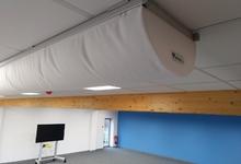 Textielkanalen gemonteerd onder systeemplafond.
